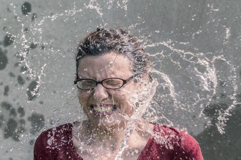šta znači sanjati vodu da vas neko poliva