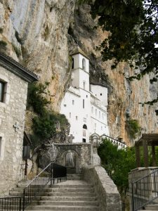 sanjati manastir značenje sna